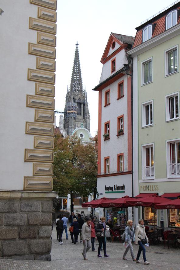 רחוב ברגנסבורג, ברקע - צריחי הקתדרלה
