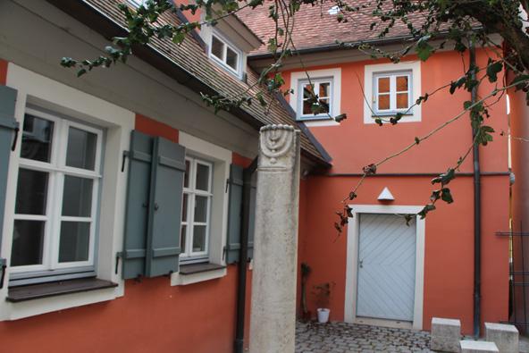 סמל מנורה בכניסה למקווה. מהקהילה היהודית של גונצנהאוזן לא נותר איש