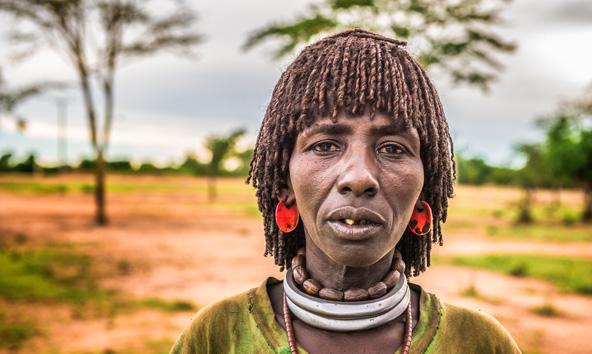 אישה משבט ההאמר בדרום אתיופיה. הנשים קולעות את השיער ברסטות צפופות הגזורות בצורת קסדה