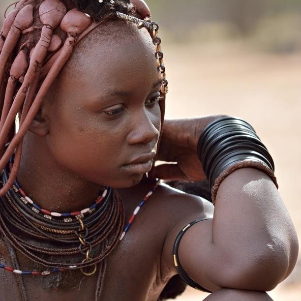 נערה משבט ההימבה. העור והשיער מרוחים בתערובת של שומן עיזים ואדמה אדמדמה