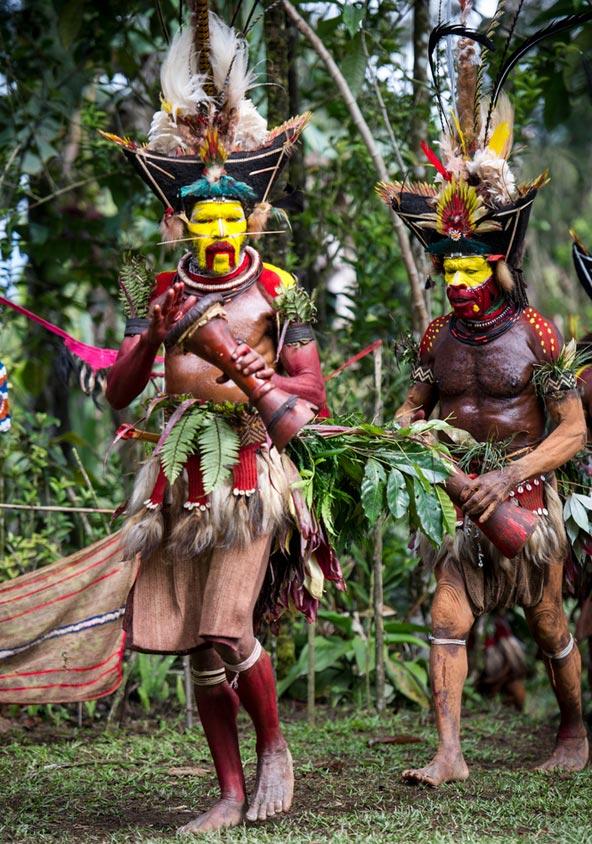 גברים משבט ההולי בלבוש מסורתי וצבעי פנים