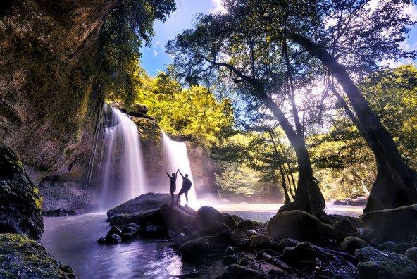 מטיילים מול מפל בפארק הלאומי קאו יאי