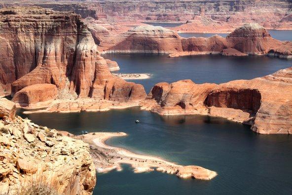 אגם פאוול. המים גילפו שלל צורות בסלעי אבן הגיר שמסביב
