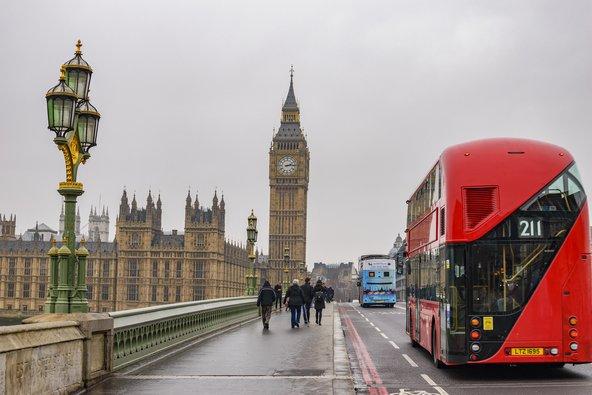 ביום גשום אפשר להשקיף על אתרי לונדון מחלונות האוטובוס