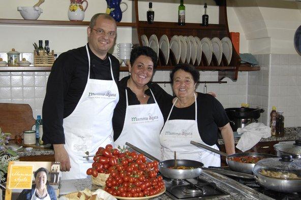 מאמה אגתה עם בתה וחתנה במטבח הביתי