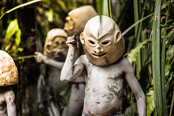 אנשי הבוץ בפפואה ניו גיני. להבהיל את האויב במראה של רוח רפאים