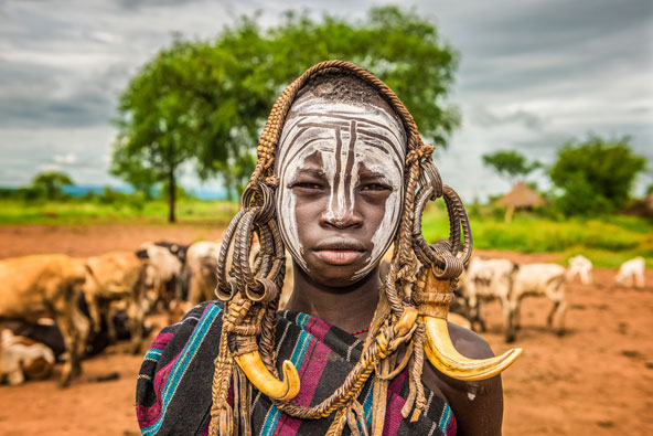 רועה צאן צעיר משבט המורסי בדרום אתיופיה