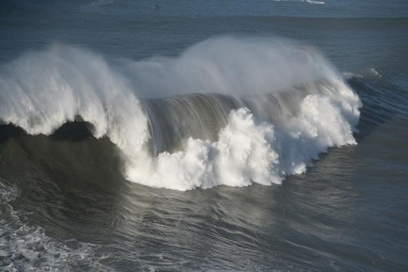 אחרי שהגולשים עזבו אפשר פשוט להסתכל בים הסוער, המרעיד, האימתני, היפה להפליא