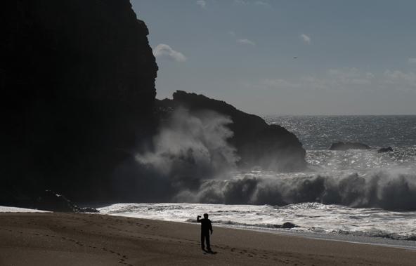 מחר כבר אי אפשר יהיה לעמוד על החוף כל כך קרוב למים...