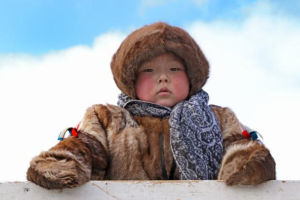 ילדון מבני הננץ בלבוש הולם את הטמפרטורות שצונחות עמוק עמוק מתחת לאפס