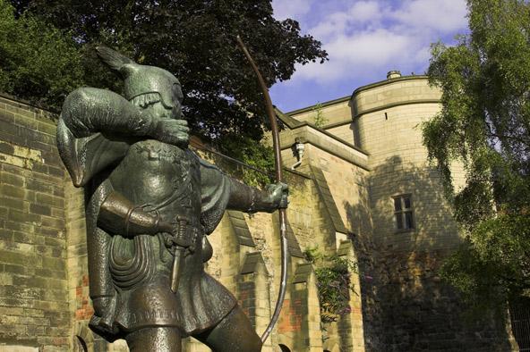 פסל של רובין הוד בכניסה לטירת נוטינגהאם