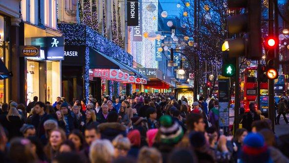 רחוב הקניות אוקספורד עמוס בקונים לקראת חג המולד | צילום: IR Stone / Shutterstock.com