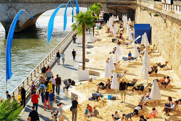 בקיץ גדת הסן הופכת לחוף מלאכותי | צילום: Efired / Shutterstock.com