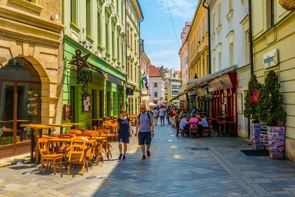 העיר העתיקה של ברטיסלאבה גדושה בחנויות ומסעדות