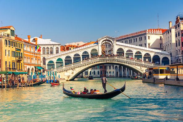 גונדולה ליד גשר ריאלטו בוונציה
