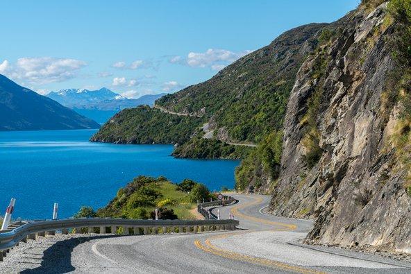 דרך נופית בניו זילנד. הנהיגה היא הדרך הנוחה ביותר לטייל במדינה