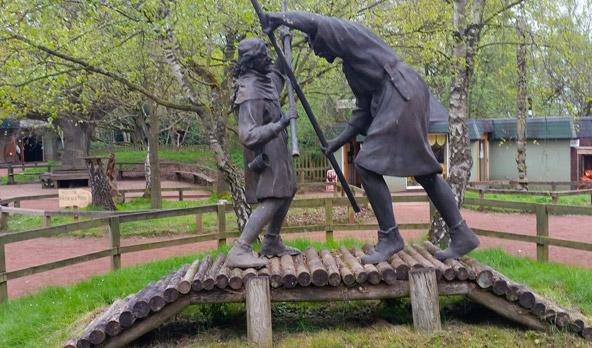 פסל של רובין הוד וליטל ג'ון במרכז המבקרים של יער שרווד