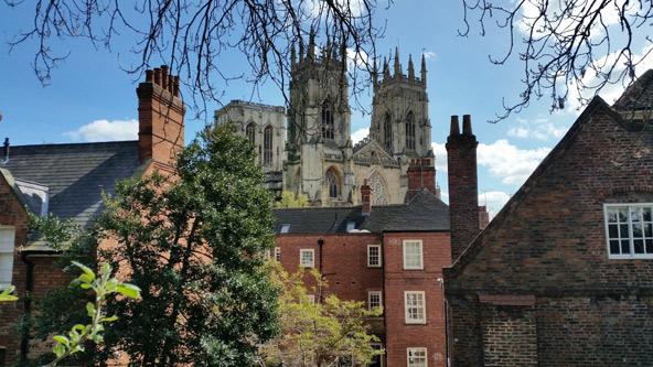 תצפית על הקתדרלה של יורק מחומות העיר