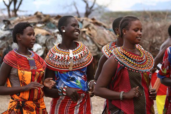 בנות שבט הסמבורו בקניה. גם אם הלבוש המסורתי נלבש במיוחד לתיירים, אפשר ללמוד ממנו על אורח החיים שהולך ונעלם