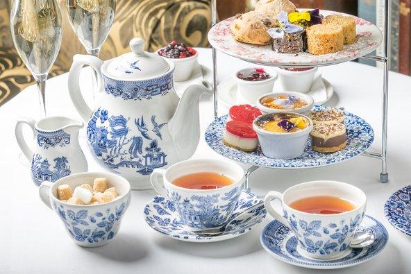 תה המנחה הוא מוסד בריטי ידוע. לצד תה, השולחן עמוס בסקונס ועוגות מיניאטוריות