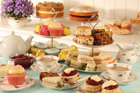 ארוחת תה מנחה טיפוסית בלונדון. לא תישארו רעבים