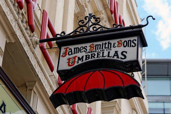 חנות המטריות של James Smith & Sons, הוותיקה בעיר | צילום: Angelina Dimitrova / Shutterstock.com