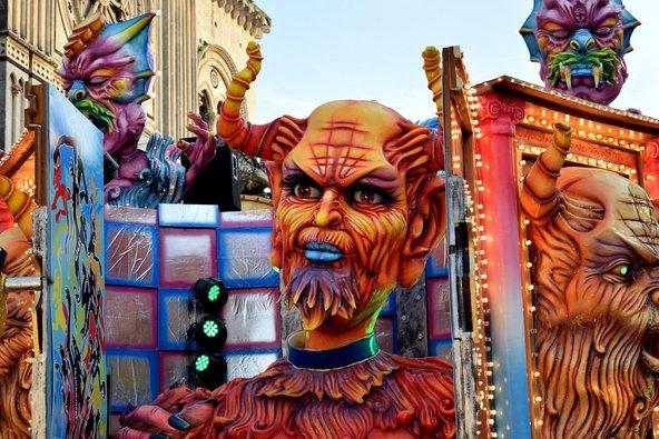 החגיגות באצ'יריאלה כוללות במות ענק מרהיבות | צילום: solosergio / Shutterstock.com