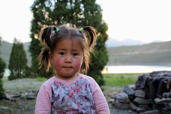 ילדה על שפת האגם. בזמן שההורים עובדים בבישקק, הילדים מבלים ביורט של סבא וסבתא ליד האגם