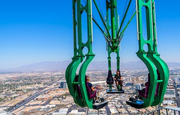 בקומה העליונה של מגדל Stratosphere יש מתקני אקסטרים שמציעים תצפית מדהימה על העיר | צילום: TRphotos / Shutterstock.com
