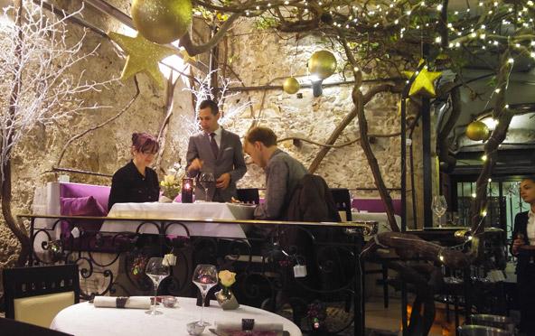 מסעדת Le Figueir de Saint Esprit. עץ התאנה הקשיש שעל שמו היא נקראת מקושט לכבוד לחג המולד