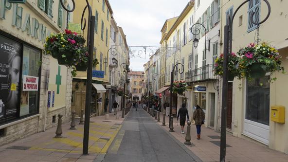 רחוב בעיר העתיקה של אנטיב. אינספור תענוגות קולינריים ואחרים מצפים למי שישוטט כאן