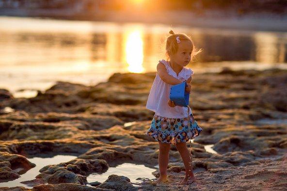 ילדה משתעשעת בחוף בקפריסין