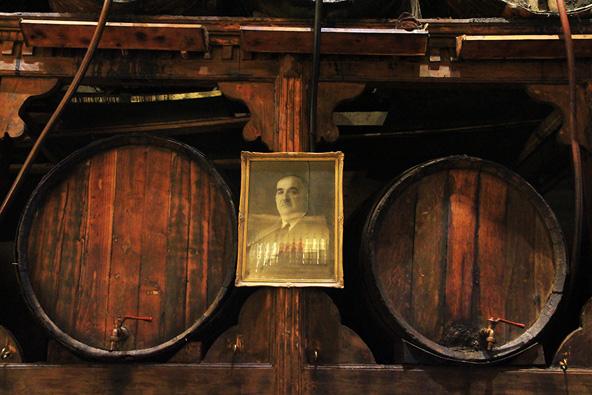 תמונת המייסד, מיכאל ברטוס, ובקבוקי הליקר המשתקפים בה