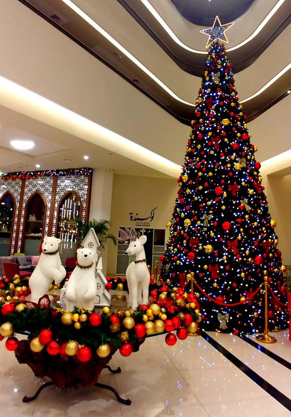 עץ חג המולד וקישוטים נוספים בלובי של מלון רמדה אוליבייה בנצרת