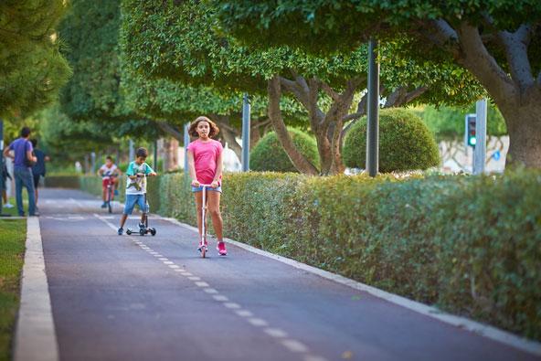 ילדים על קורקינט בפארק העירוני של לימסול
