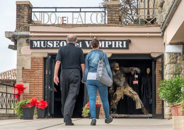תיירים בכניסה למוזיאון הערפדים בסן מרינו
