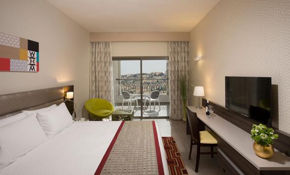 חדר במלון רמדה אוליבייה. מכל חלון נשקף נוף מקסים של העיר