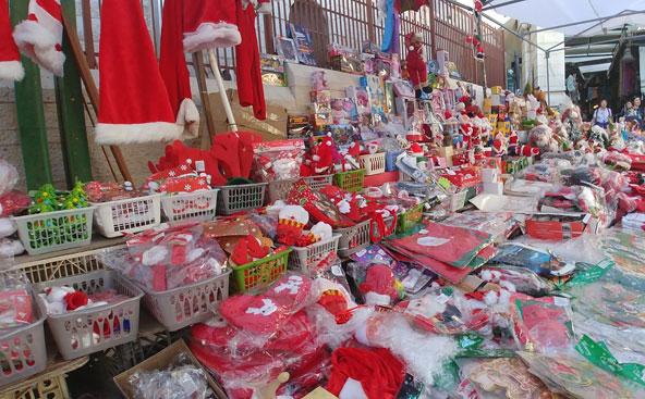 דוכן בשוק של נצרת עם קישוטי חג המולד | הצילומים בכתבה: רויטל חורש