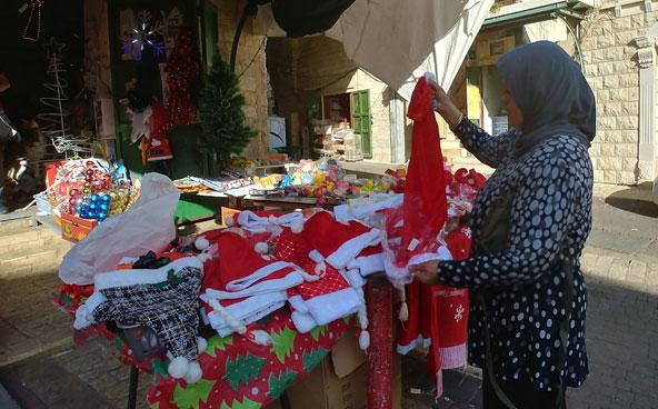 כובעים של סנטה קלאוס ושאר קישוטים לחג בדוכן בשוק