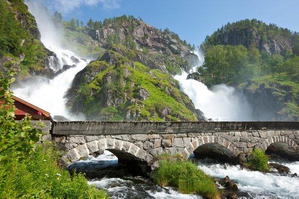 מפלים בנורווגיה. בחודש יוני הכל ירוק ושופע מים