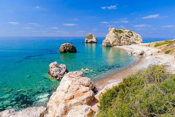 סלע אפרודיטה ליד פאפוס. רבים מהחופים באזור הם חופי דגל כחול, תואר המעיד על ניקיונם ואיכותם