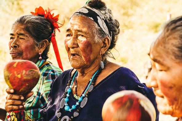 קשישות בנות הגוארני. בשונה ממדינות דרום אמריקאיות אחרות, בפרגוואי התרבות הילידית שמרה על מקומה