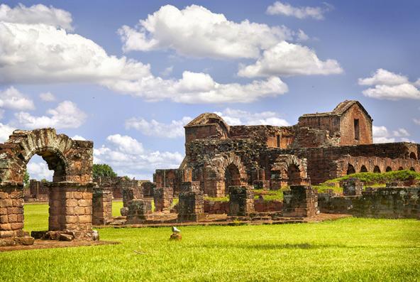 מהמיסיונים שהקימו הישועים בפרגוואי נותרו מבנים חרבים, עשויים אבן אדומה