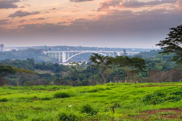 גשר הידידות בין ברזיל לפרגוואי. בשונה מברזיל, השכנה הפופולרית והמתוירת, היקף התיירות בפרגוואי זעום