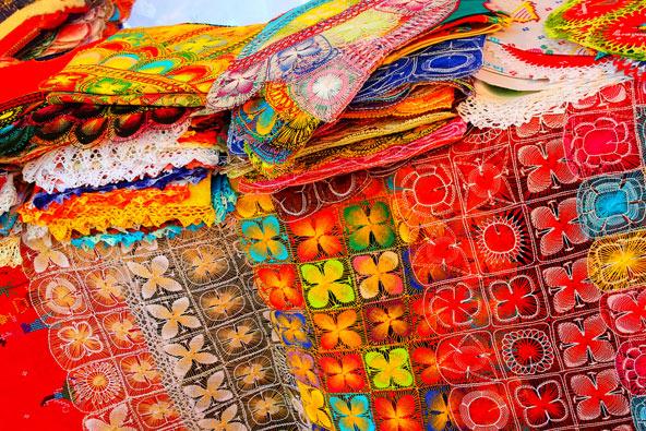 רקמות מסורתיות בשוק באסונסיון, בירת פרגוואי