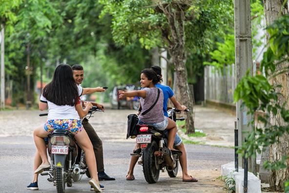 צעירים פרגוואים. גם מי שאבותיו הגיעו מאירופה שולט בגוארני, שפת הילידים