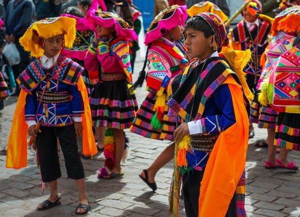 צעירים בלבוש מסורתי בחגיגות האינטי ריימי בקוסקו | צילום: SL-Photography / Shutterstock.com