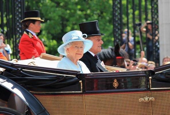 מלכת אנגליה נוסעת בכרכרה במסגרת חגיגות יום הולדתה | צילום: Lorna Roberts / Shutterstock.com