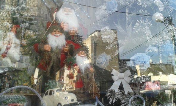 חלון ראווה המקושט ברוח החג בוואדי ניסנאס   צילום: סימי שאואר