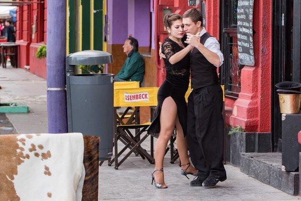 זוג רקדני טנגו ברחוב בבואנוס איירס | צילום: Andrea Izzotti / Shutterstock.com